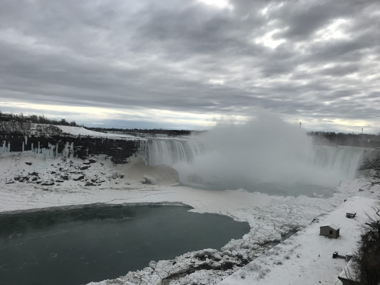 horseshoe falls frozen