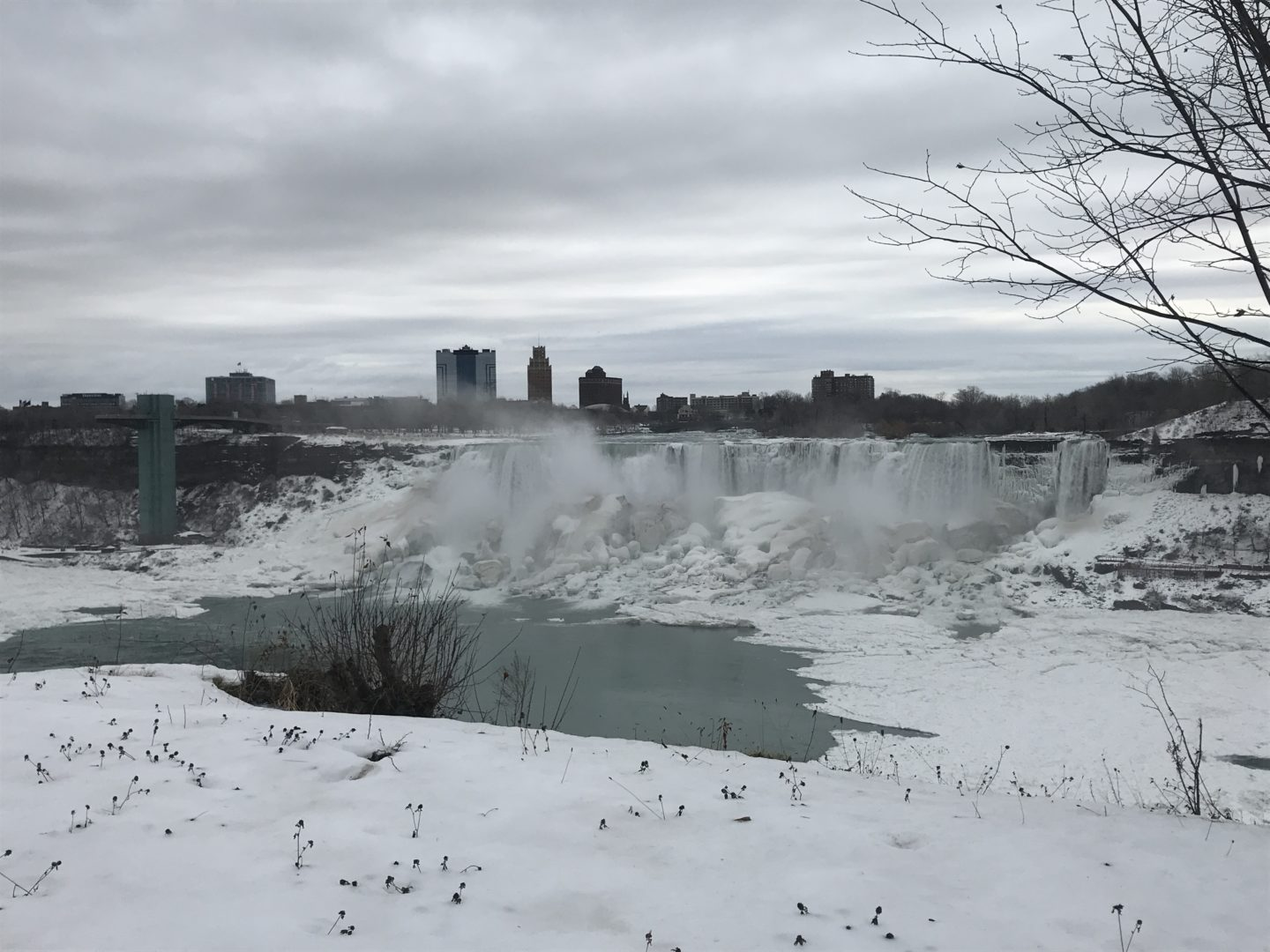 niagara falls frozen in winter